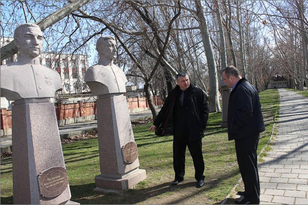 В Феодосии обновили памятные доски героям войны