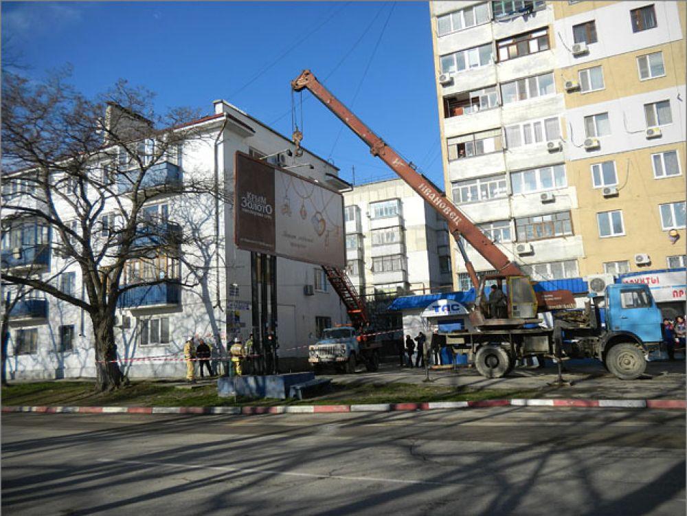 В Феодосии продолжается работа по демонтажу рекламных конструкций
