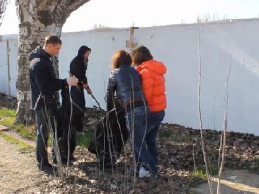 Чистый четверг: в Феодосии убирали территорию возле памятника Керченско-Феодосийскому десанту