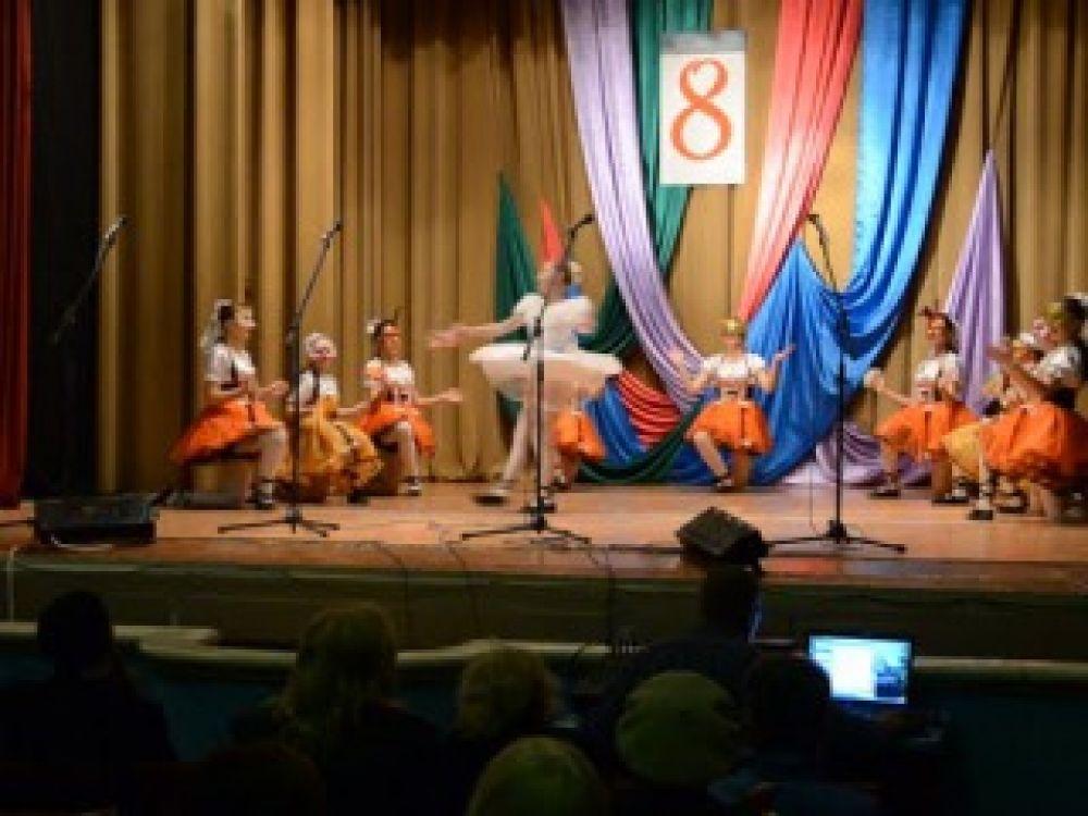 Подарок женщинам: красочный концерт, посвящённый международному женскому дню, провели в городском Доме офицеров флота