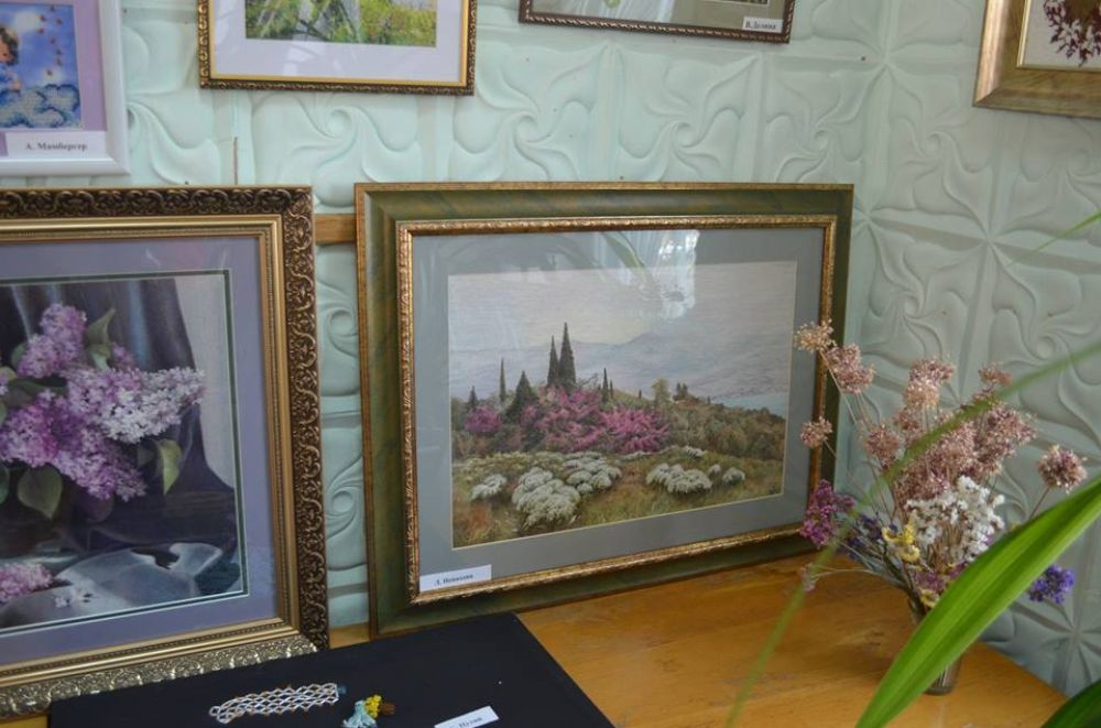 Традиционная весенняя выставка рукоделия на Крымском массиве представляет работы 23-х феодосийцев.