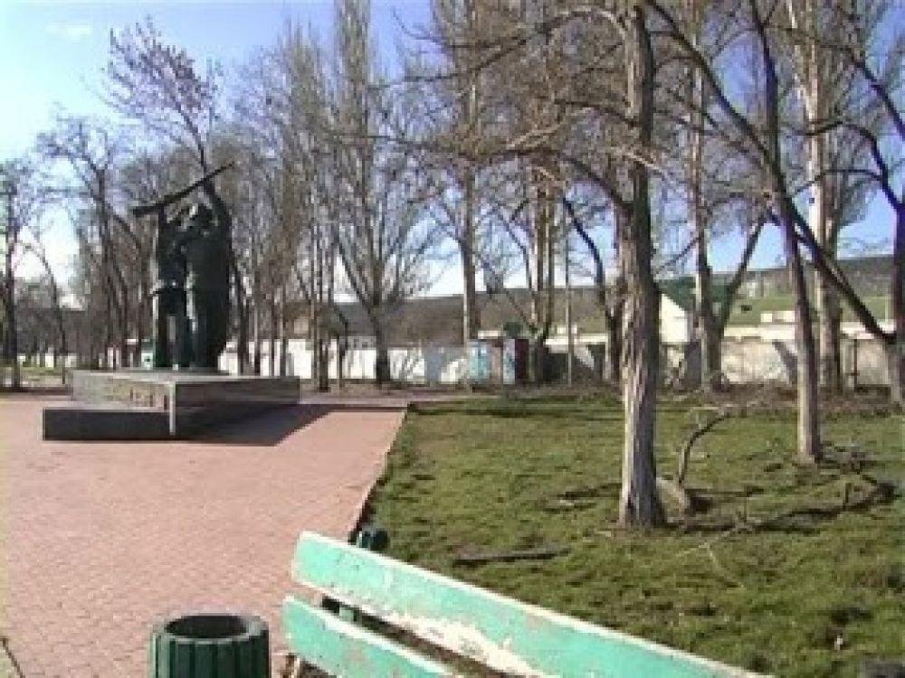 В Феодосии продолжают благоустраивать сквер возле памятника Десанту