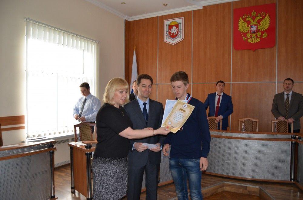 Феодосийского велоспортсмена поздравили с победой в Чемпионате России по велотреку
