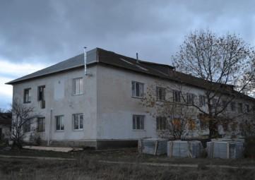 В Насыпном начались работы по ремонту кровли общежития