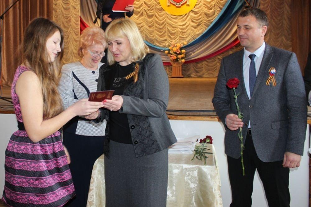 Руководители города поздравили феодосийцев с Днем Конституции Крыма