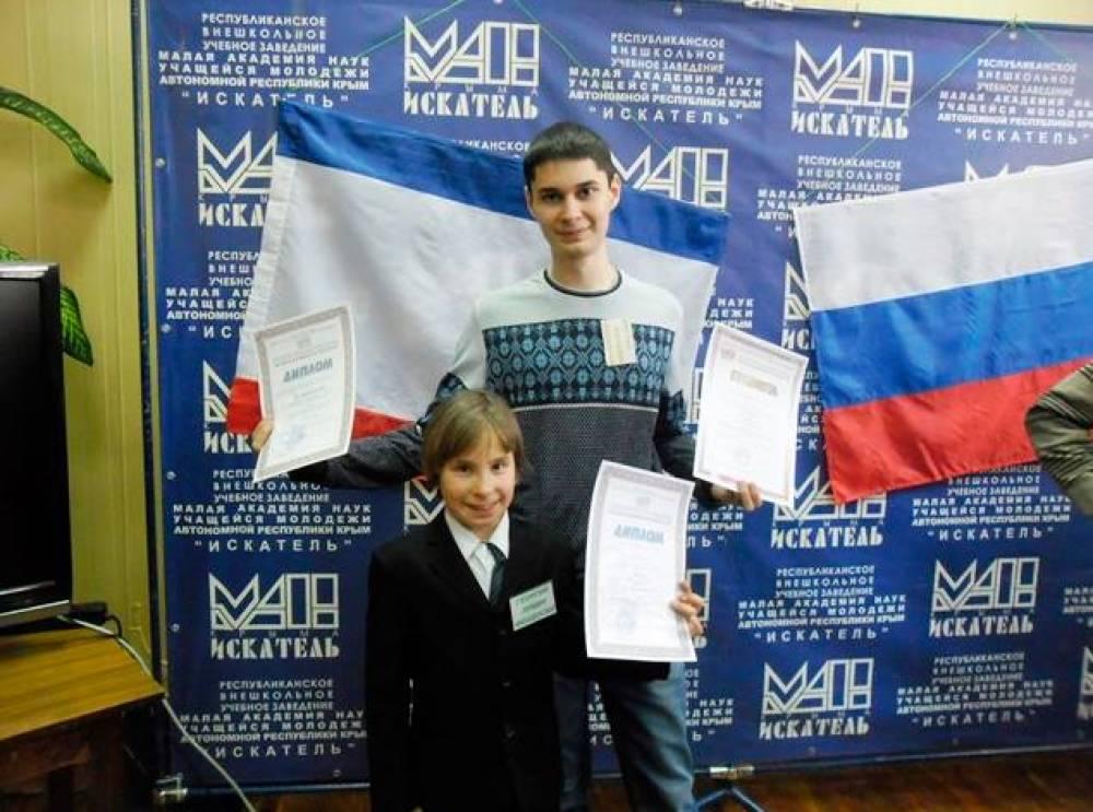 Юные радиоэлектронщики из Феодосии представили на конкурсе в Симферополе оригинальное изобретение и стали призёрами.