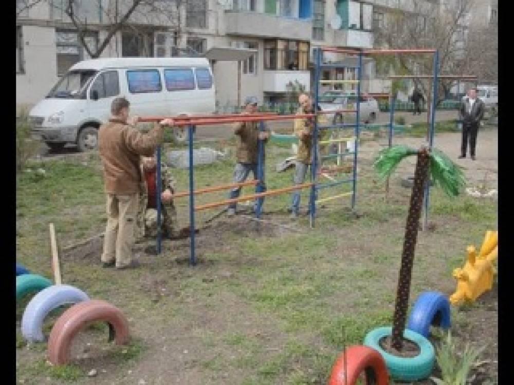 В Ближних камышах по просьбе жителей многоэтажки установили спортивную площадку