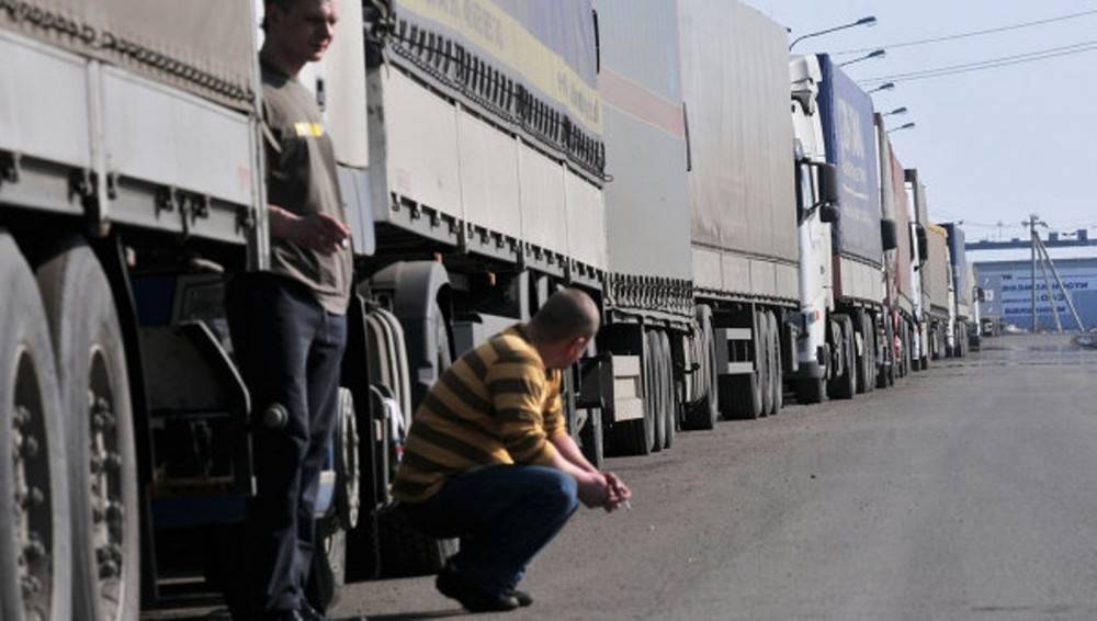 Минтранс просит дальнобойщиков во время курортного сезона ездить по Крыму только ночью