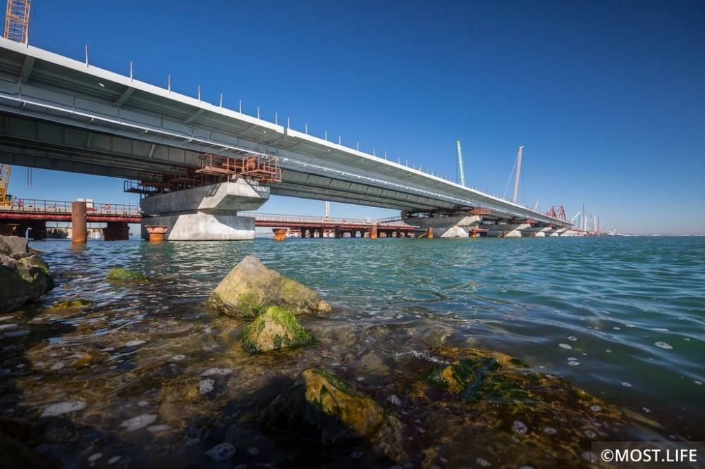 Строители Крымского моста определились с датами морской операции по монтажу арочных пролётов