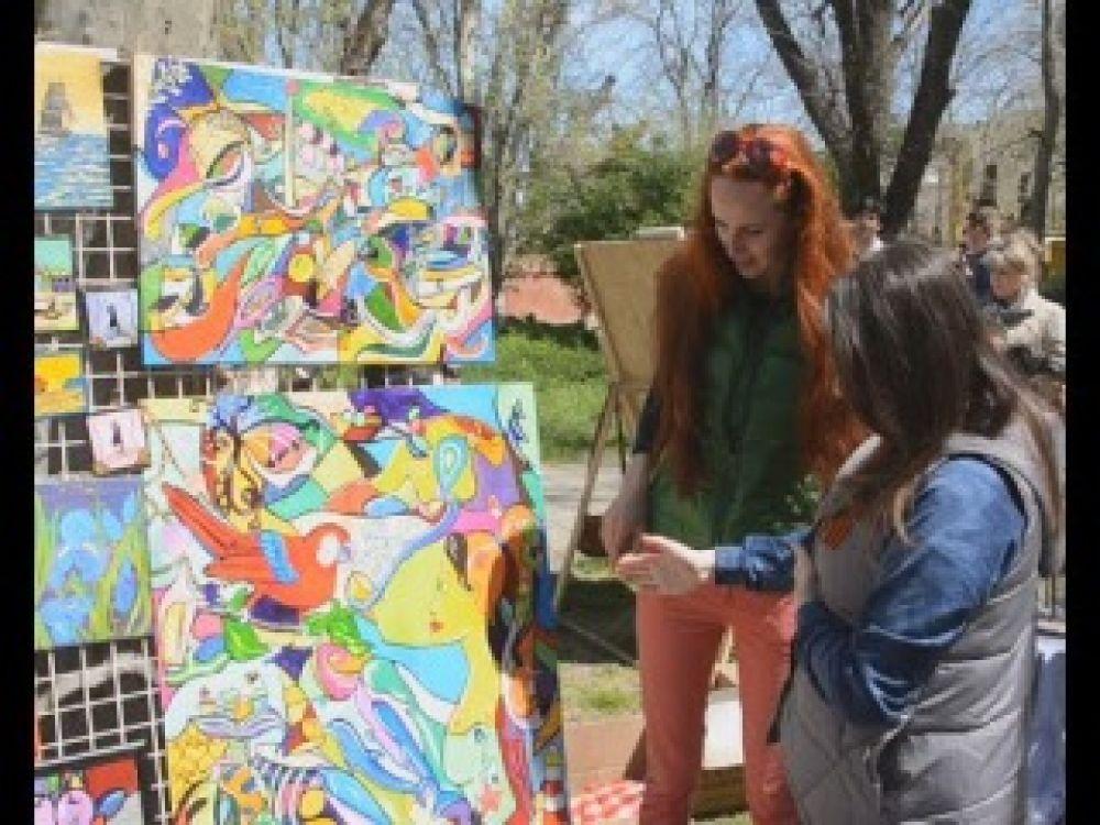 На Платановой Аллее провели выставку альтернативного искусства