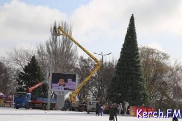 В Керчи разбирают главную елку