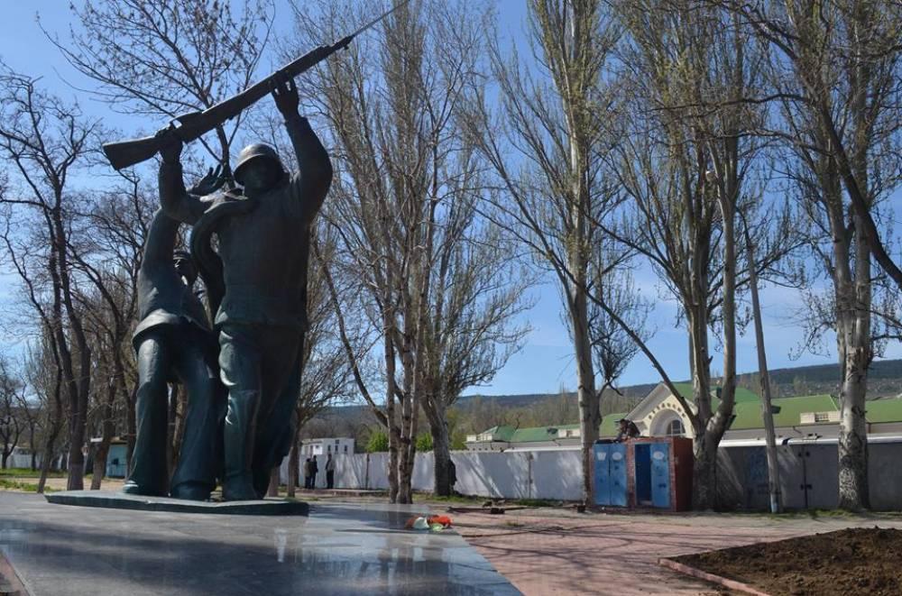 Освобождённую от построек территорию вокруг памятника феодосийскому десанту озеленят и благоустроят.