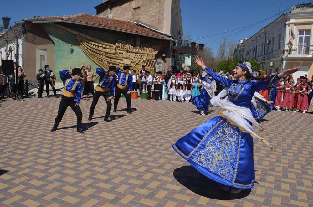 Первый фестиваль «Кефе гуллери» собрал в Феодосии лучшие крымскотатарские коллективы Крыма.