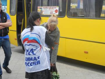 2 мая молодогвардейцы города Феодосии раздали георгиевскую ленточку