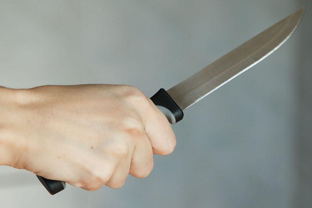 Пенсионер угрожал ножом строителям
