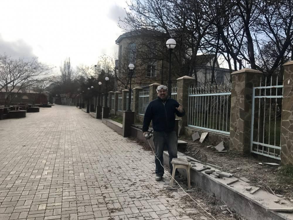Предприниматель восстанавливает плитку на главной площади Коктебеля