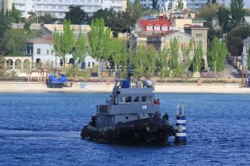 Спуск венков на воду в память о погибших в годы ВОВ