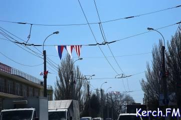 Центр Керчи украсили праздничной атрибутикой к 9 мая