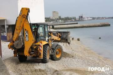 В центре Феодосии ровняют пляж