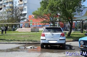 В Керчи «Toyota» выкинуло на бордюр от удара с «Geely»