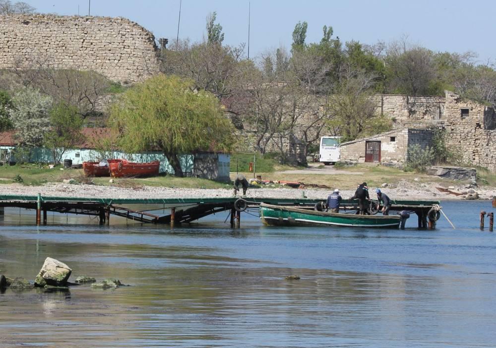 Рыбацкие лодки, затонувший сухогруз
