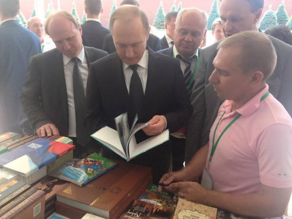 Президент посетил стенд Республики Крым на Московском фестивале «Книги России»