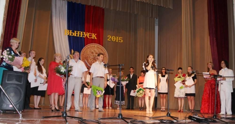 Лучшие выпускники школ награждены медалями и премиями