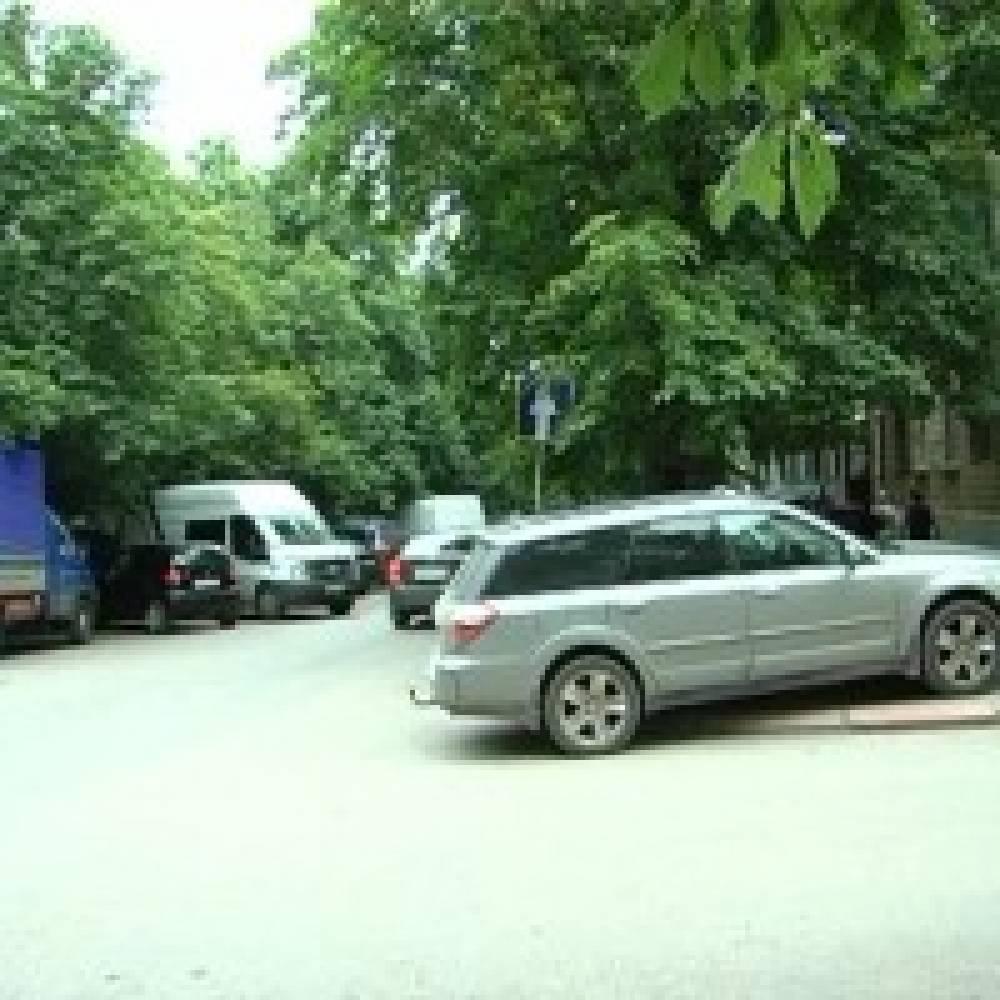 Стихийная парковка на улице Галерейной