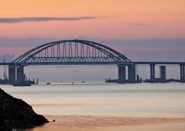 Первые автомобили начали движение по Крымскому мосту