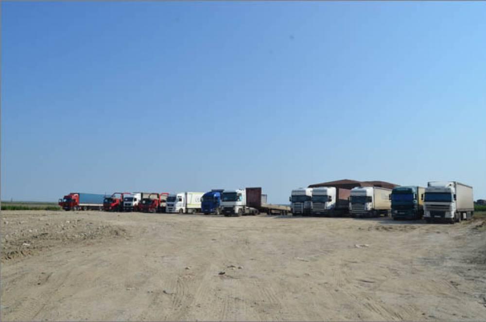 На Керченской трассе близ Золотого пляжа оборудовали площадку для отстоя фур