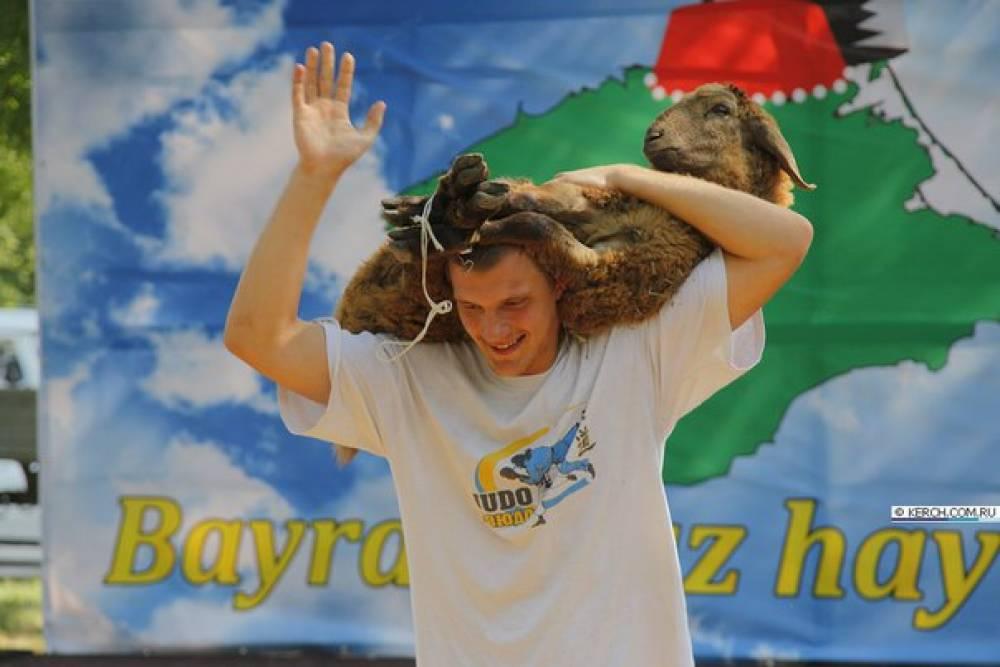 Феодосийцу за победу в борьбе куреш вручили живого барана