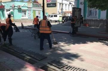 В центре Керчи в праздник чистят ливневки