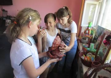 Пенсионеры и подростки поздравили всех с Днем России