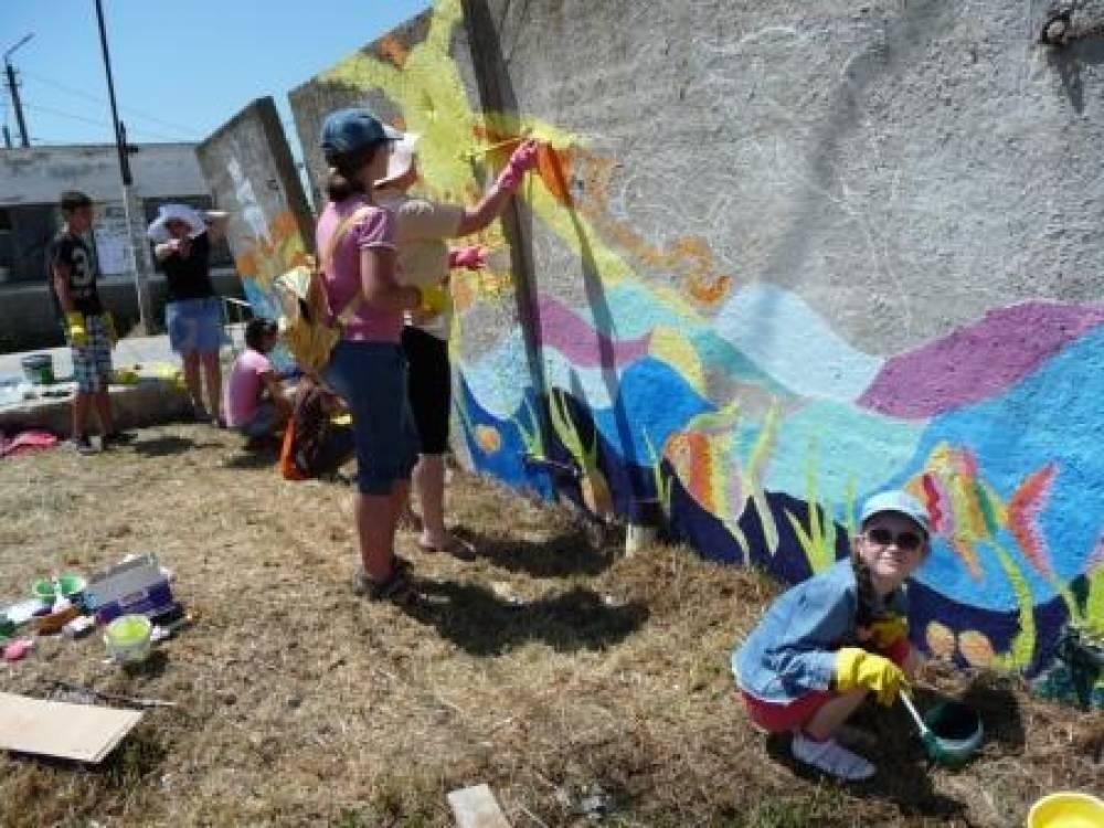 В Приморском разрисовали стены