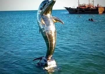 Установили скульптуру дельфина