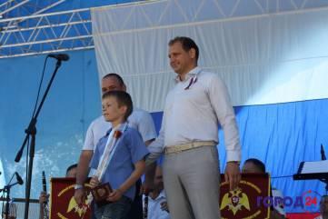 Феодосийцам вручили грамоты и паспорта