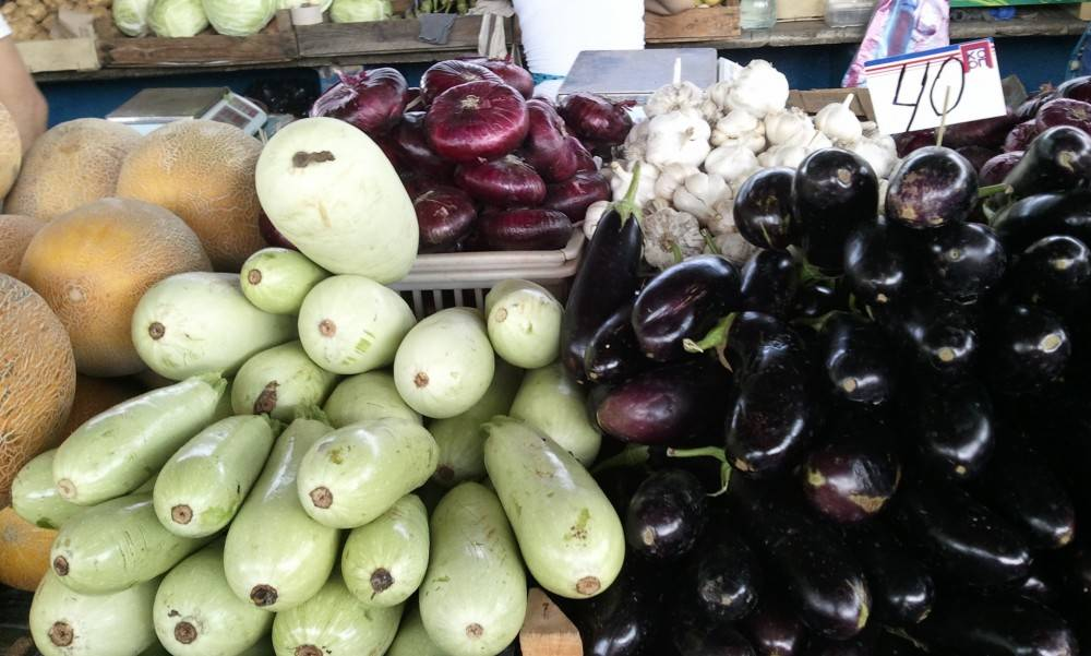 Рынок. Летние ягодки с куста
