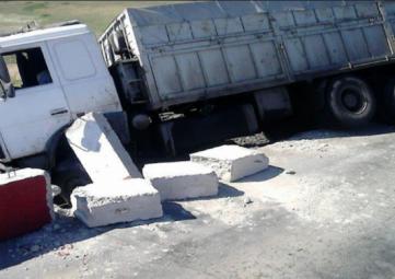 Большегруз протаранил бетонные ограждения