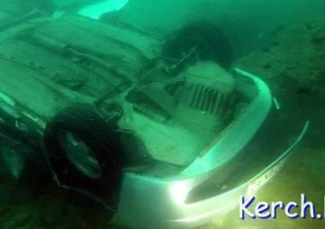 В Крыму спасатели достали из воды рухнувшее авто и погибшего водителя