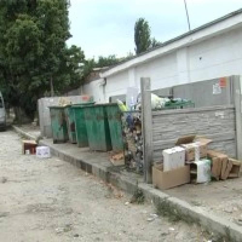 Улица Свободы в Феодосии превратилась в свалку и отхожее место
