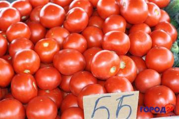 Вкусный спелый помидор