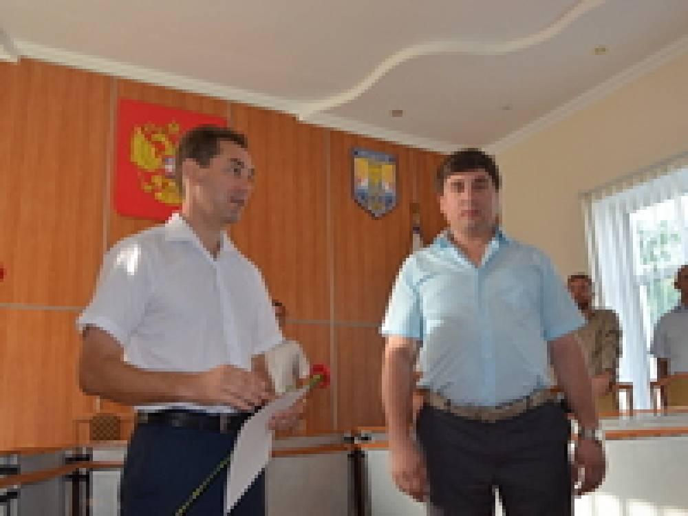 Глава администрации Феодосии вручил грамоты по случаю празднования Дня флага