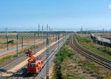 Железнодорожники на Крымском мосту укладывают
