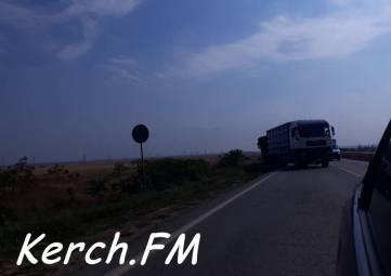 На Керченской трассе фура потеряла управление и выехала за пределы дороги