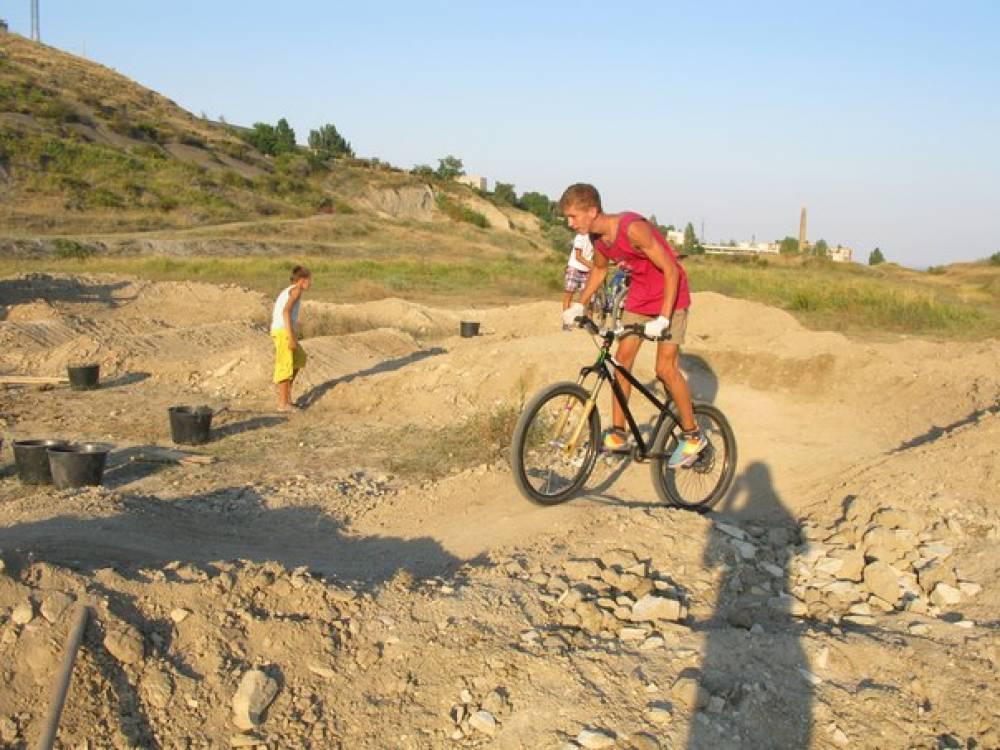 Трассу на строящемся в Феодосии памп-треке уже опробовали волонтеры, участвующие в его постройке (ФОТО)
