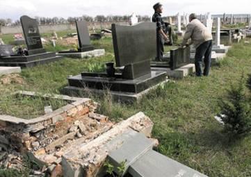 В Керчи зверски повалили и сломали памятники