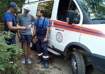 В Крыму спасатели сняли с обрыва москвича