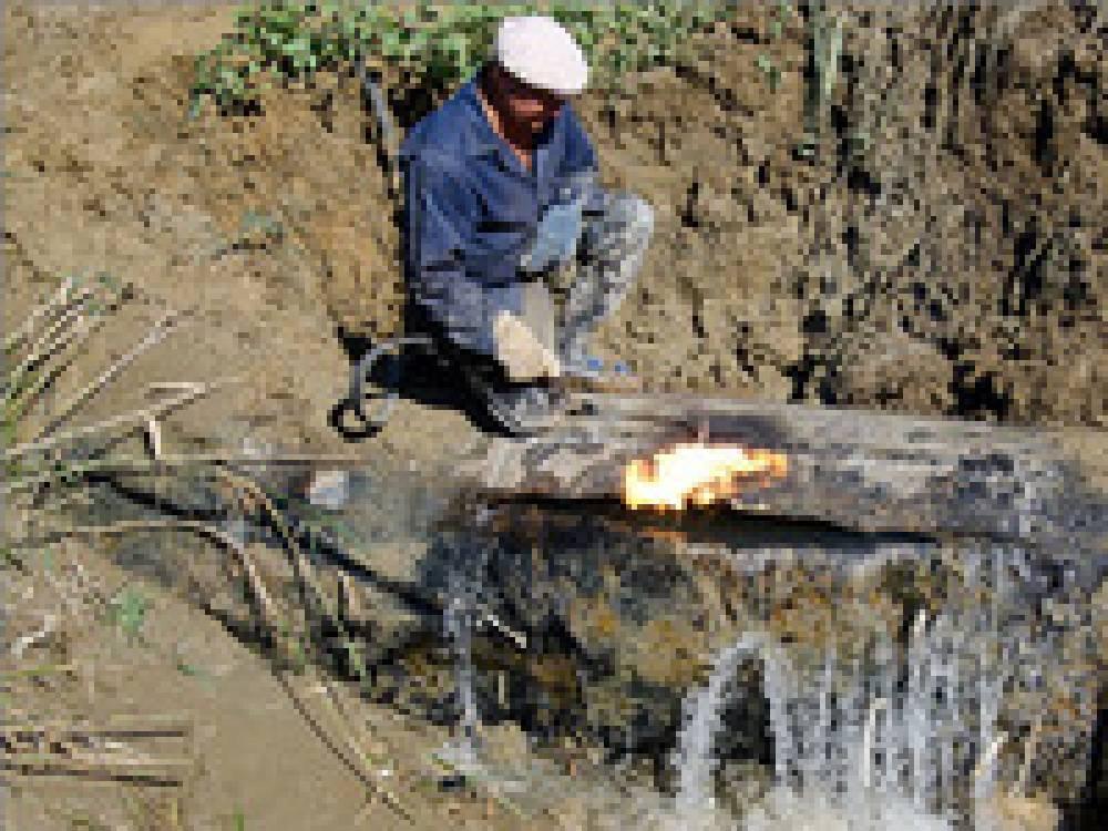 Ликвидируют порыв воды на улице Октябрьской