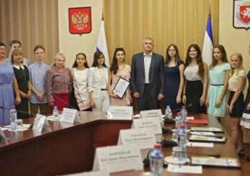 В Крыму наградили выпускников, получивших 100 баллов на ЕГЭ, - ФОТО