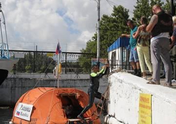 На маленьком плоту: Юрий Бурлак вплавь отправился из Севастополя в Турцию
